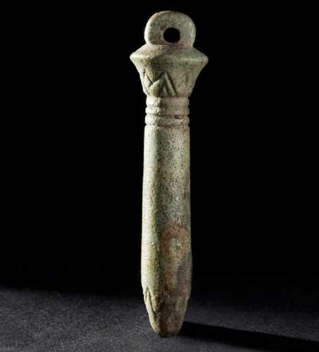 Le véritable pendule de thot - Amulette Ouadj en grès, hauteur 4,8 cm (collection du Musée d'Aquitaine)